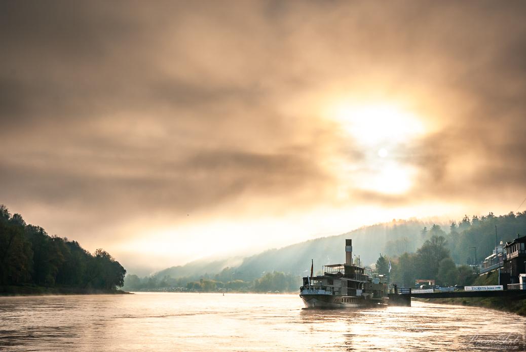 Die Sonne kämpft sich durch den Nebel in Königstein