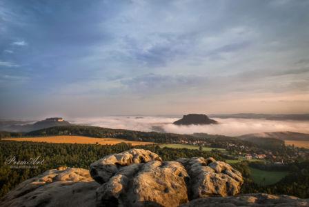 Königstein und Lilienstein im Nebel